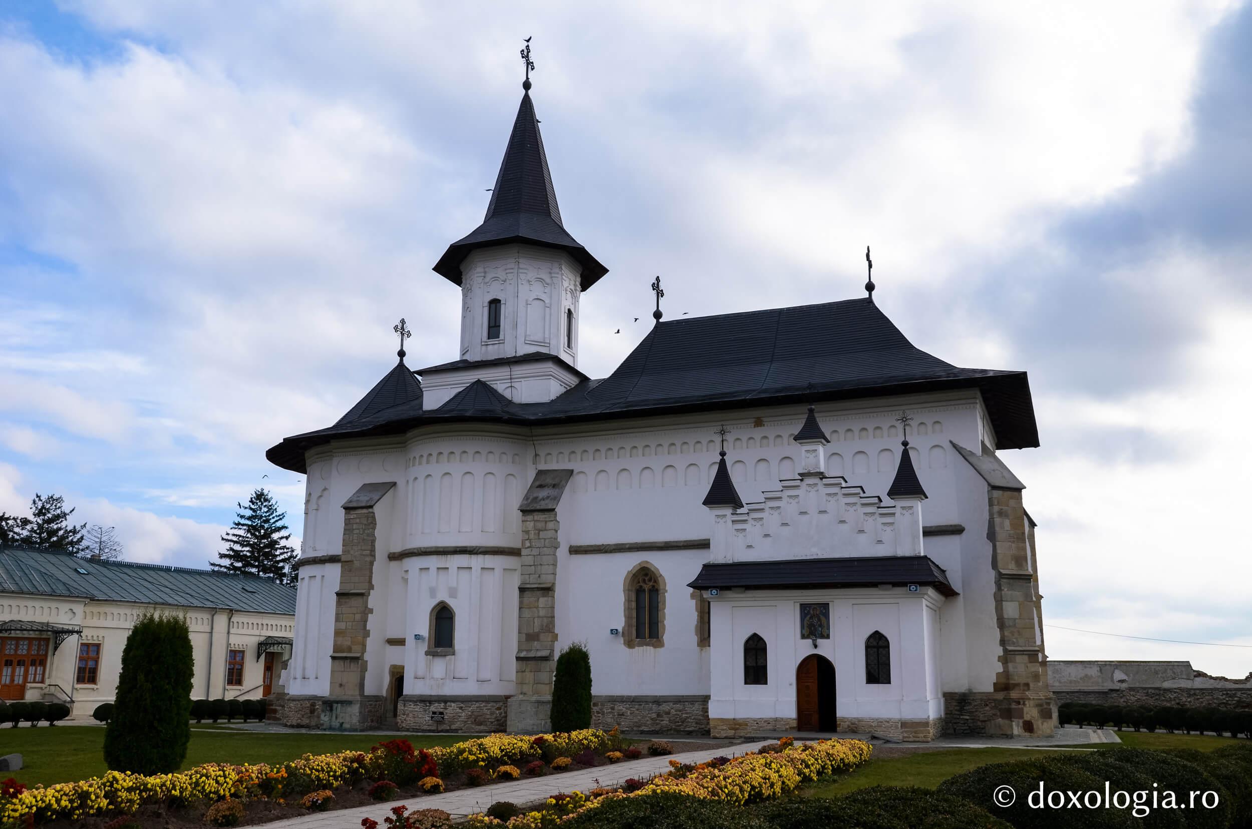 Catedrala Roman - Clement Apartments - Cazare Neamt - doxologia.ro