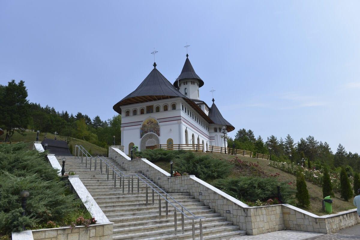 Manastirea-Pangarati- Clement Apartments - Cazare Neamt - monumenteneamt.ro (2)