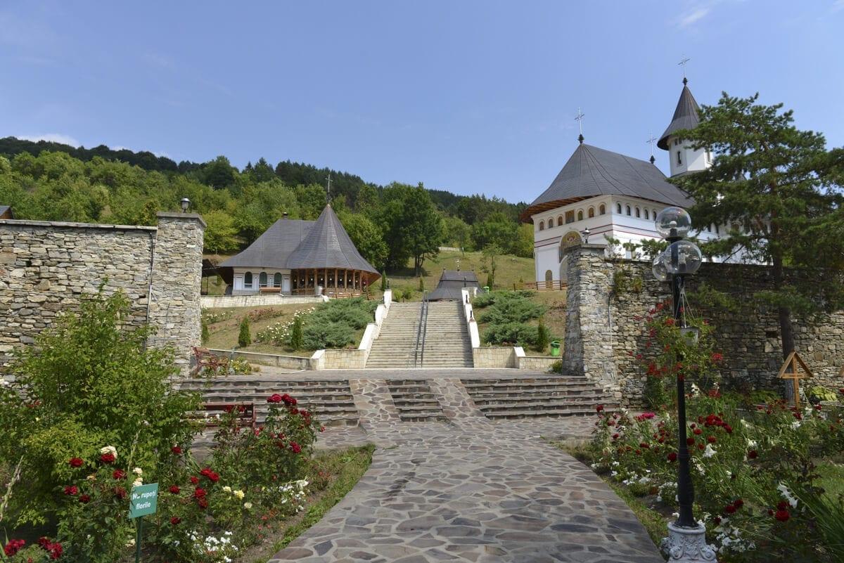 Manastirea-Pangarati- Clement Apartments - Cazare Neamt - monumenteneamt.ro